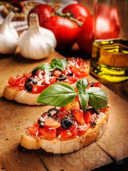 Домашни брускети с домати, чесън, маслини, пармезан и босилек на фурна - снимка на рецептата